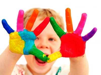 pomalowane-rece-dziecka